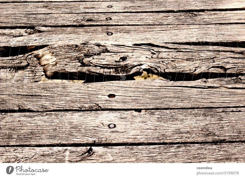 Detail der Latten einer Holzbrücke Abenteuer wandern Holzbrett Handwerk Wege & Pfade Brücke Boden bauen alt authentisch Originalität unten braun Vertrauen