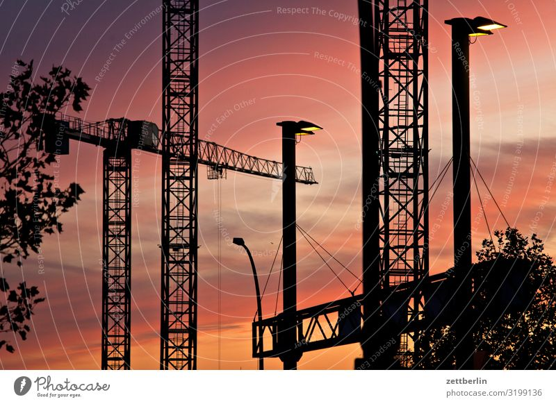 Abenddämmerung Baustelle drehkran dunkel Dämmerung Feierabend Froschperspektive großbaustelle Himmel (Jenseits) Industriebau Kran Menschenleer Textfreiraum