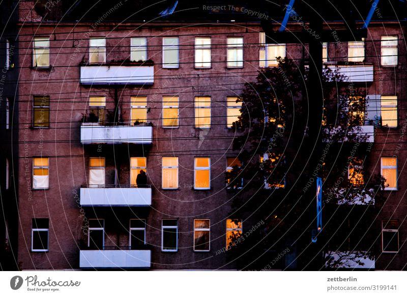 Unbekanntes Gebäude im Abendrot Altbau Fassade Fenster Haus hinterhaus Hinterhof Stadtzentrum Mauer Mehrfamilienhaus Menschenleer Stadthaus Textfreiraum Wand