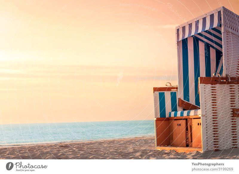 Strandkorb und Strand bei Sonnenuntergang auf Sylt. Kontext Sommerurlaub harmonisch Wohlgefühl Erholung Ferien & Urlaub & Reisen Sonnenbad Meer Insel Stuhl