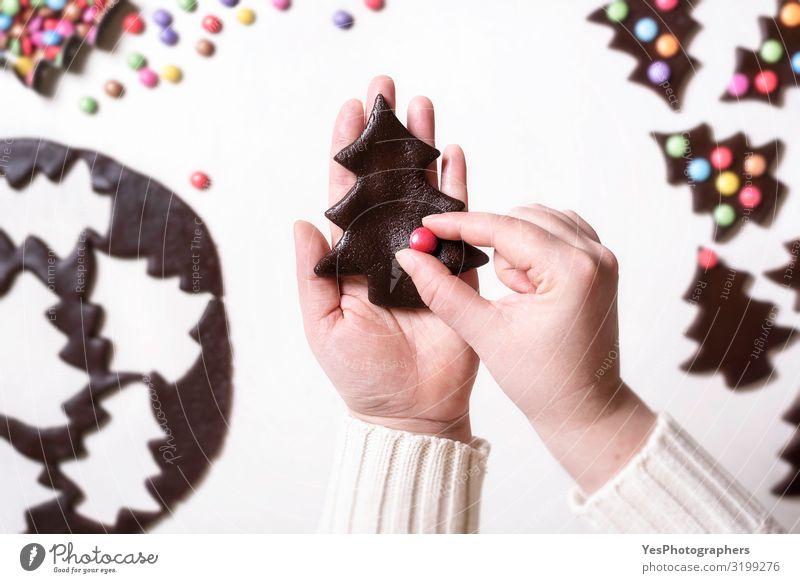 Weihnachtsplätzchen mit bunten Bonbons dekorieren. Lebkuchen Kuchen Dessert Süßwaren Schokolade Winter Feste & Feiern Weihnachten & Advent Hand Glück lecker süß