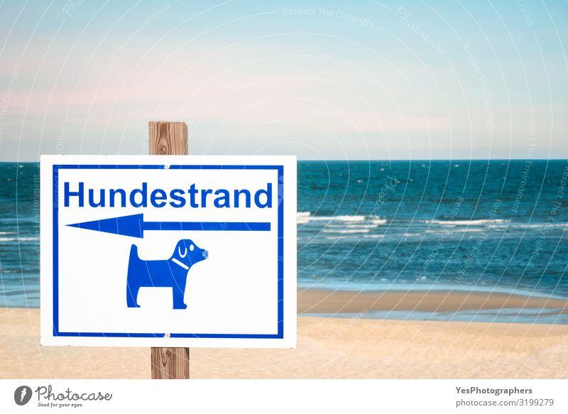 Deutsches Zeichen für Hundestrand auf der Insel Sylt. Kontext des Hundestrandtages Erholung Ferien & Urlaub & Reisen Tourismus Sommer Sommerurlaub Strand Meer