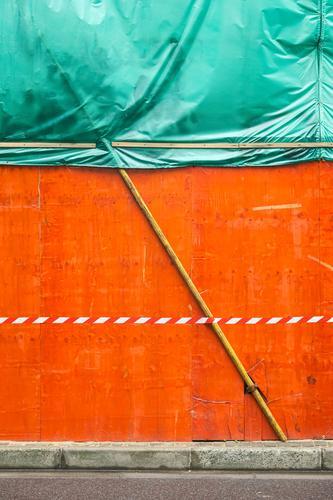 City background Asien Mauer Wand Bordsteinkante Schilder & Markierungen Linie Barriere trashig Stadt grün orange bedrohlich geheimnisvoll Pause stagnierend
