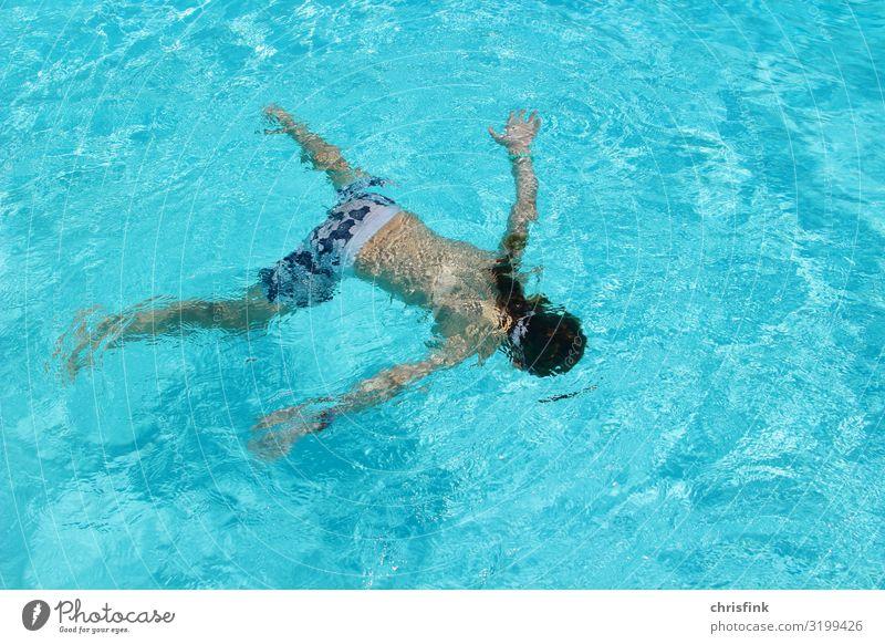 Kind spielt im Wasser Freizeit & Hobby Ferien & Urlaub & Reisen Sommerurlaub Sport Wassersport Schwimmen & Baden tauchen Schwimmbad Kindererziehung Mädchen 1