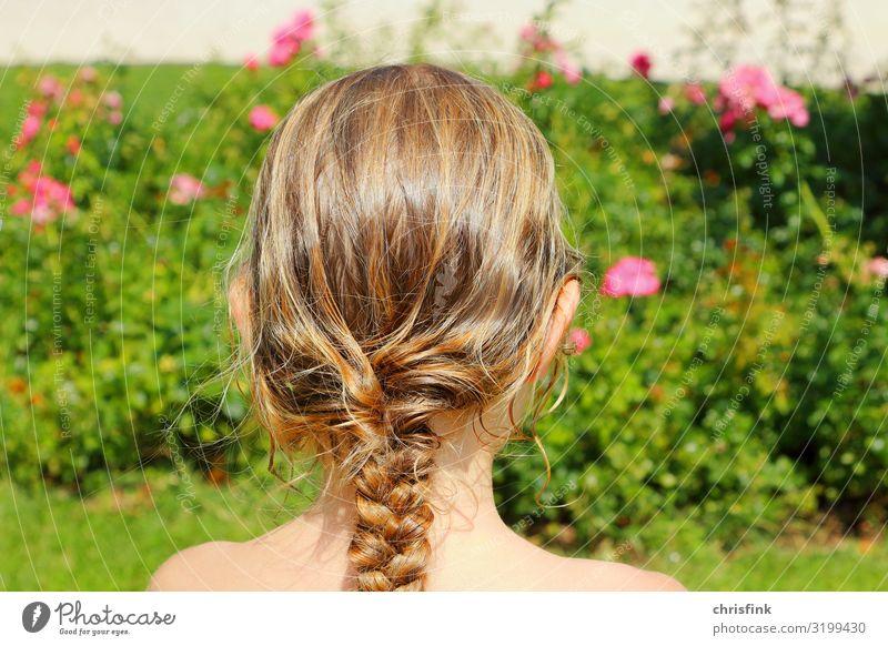 Mädchen mit geflochtenen Haaren vor Rosenbusch Mensch feminin Kind Jugendliche Kopf Haare & Frisuren 1 8-13 Jahre Kindheit Zopf Engel blond Leidenschaft