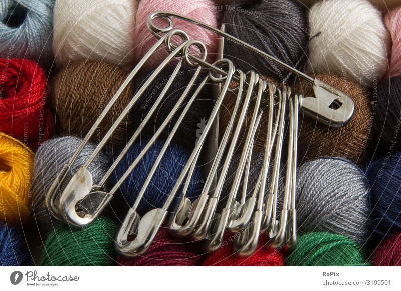 Alte Sicherheitsnadeln und Nähgarn. Garn Faden Textil Zwirn colors colours Nähen Kunst art Kunstunterricht Unterricht schule Kindheit Kreativität Schneider