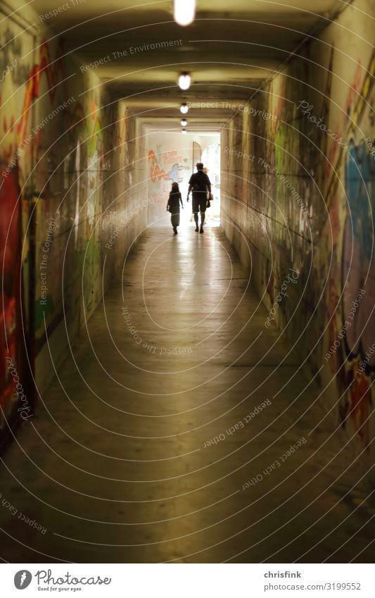Mann und Mädchen in Tunnel Mensch maskulin feminin Kind Erwachsene 2 Brücke Verkehrsmittel Verkehrswege Bahnfahren Fußgänger gehen Gefühle Stimmung Angst