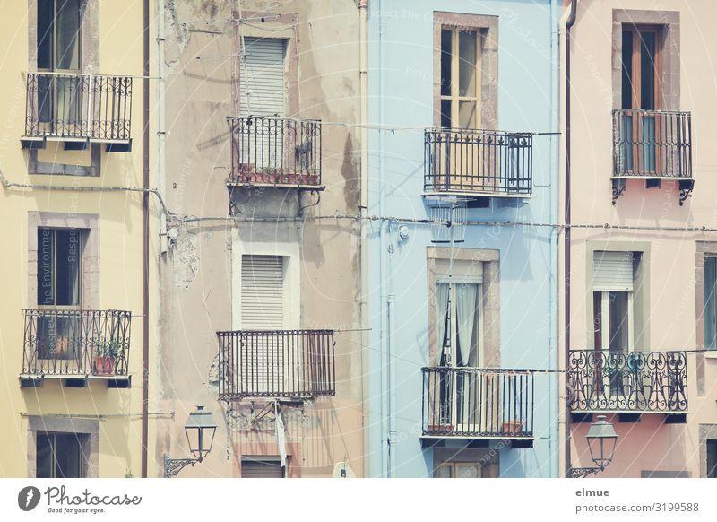 Balkonien Ferien & Urlaub & Reisen Sightseeing Italien Italienisch Sardinien Bosa Kleinstadt Haus Fassade Fenster alt authentisch außergewöhnlich historisch