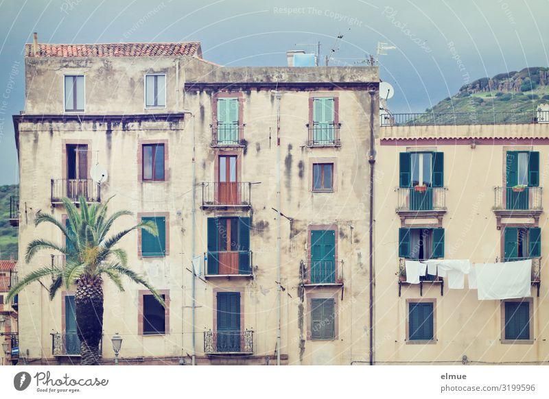 Hinter der Palme Häusliches Leben Bosa Italien Sardinien Kleinstadt Altstadt Haus Fassade Balkon alt authentisch einfach einzigartig bescheiden Ungerechtigkeit