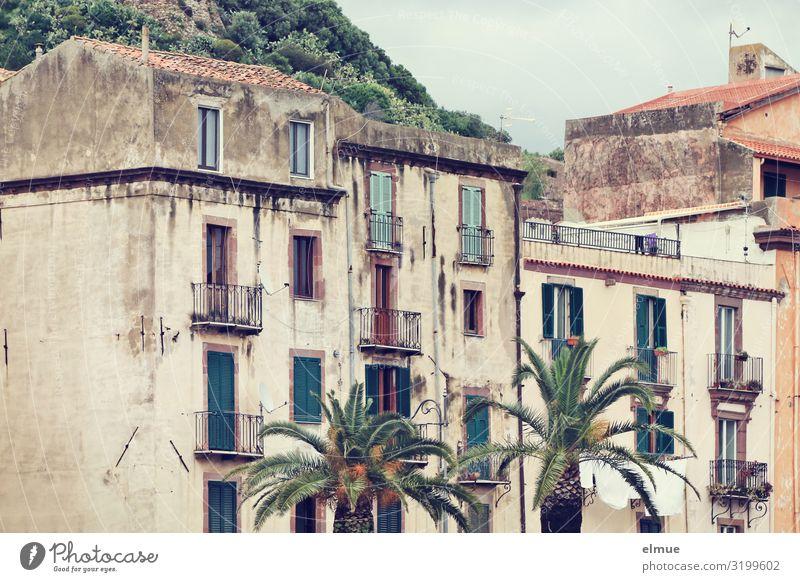 wohnen im Grünen Ferien & Urlaub & Reisen Palme Italien Italienisch Sardinien Bosa Kleinstadt Haus Fassade Balkon alt authentisch historisch einzigartig