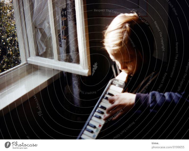Sommerlied Häusliches Leben Wohnung Raum feminin Mädchen 1 Mensch Musik Melodica Blasinstrumente Klaviatur Fenster blond langhaarig Spielen Lebensfreude
