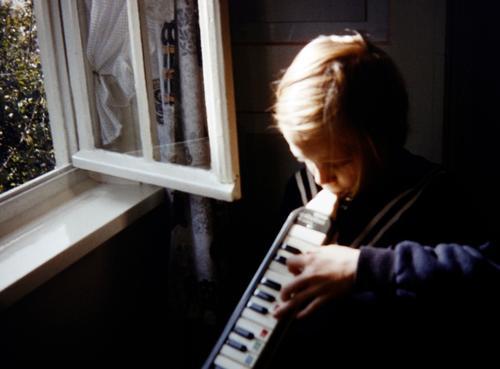 Sommerlied Mensch Mädchen Fenster Leben feminin Spielen Stimmung Häusliches Leben Wohnung Raum Musik blond Kraft Kreativität Lebensfreude Vergangenheit