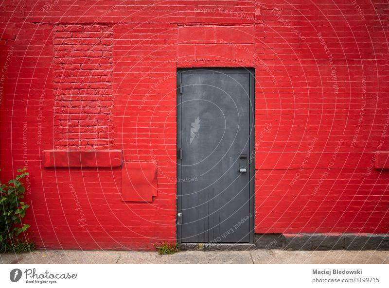 Stahltür in einer alten roten Ziegelwand Häusliches Leben Hausbau Gebäude Architektur Mauer Wand Fassade Metall Backstein dreckig Heimweh Hemmung Farbe Tür