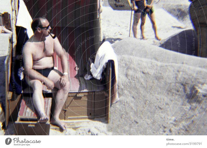Burgherr maskulin Mann Erwachsene 1 Mensch Schönes Wetter Küste Strand Badehose Sonnenbrille Pfeife beobachten Rauchen Blick sitzen heiß hell Coolness