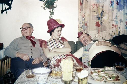 zu vorgerückter Stunde Häusliches Leben Wohnung Dekoration & Verzierung Sofa Tisch Raum Nachtleben Party Veranstaltung Feste & Feiern maskulin feminin Frau