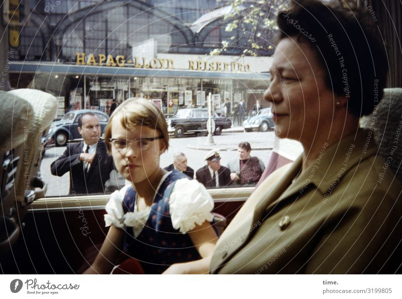 für heute durch feminin Mädchen Frau Erwachsene 2 Mensch Menschenmenge Stadt Bauwerk Gebäude Fassade Verkehr Verkehrsmittel Personenverkehr Busfahren Kleid