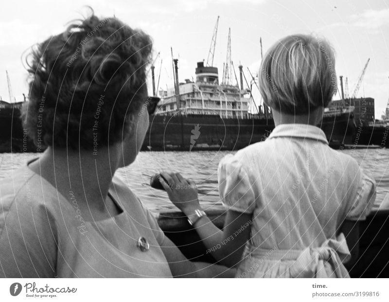 Schiffegucken Frau Mensch Ferien & Urlaub & Reisen Erholung Mädchen Erwachsene feminin Zeit Zusammensein Freizeit & Hobby blond sitzen stehen beobachten Neugier