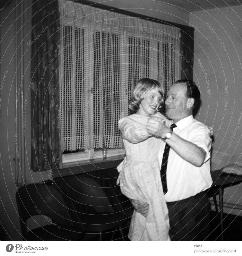 Damenwahl Häusliches Leben Wohnung Raum Gardine maskulin feminin Mädchen Mann Erwachsene Vater 1 Mensch Fenster Hemd Kleid Krawatte Bewegung festhalten Lächeln