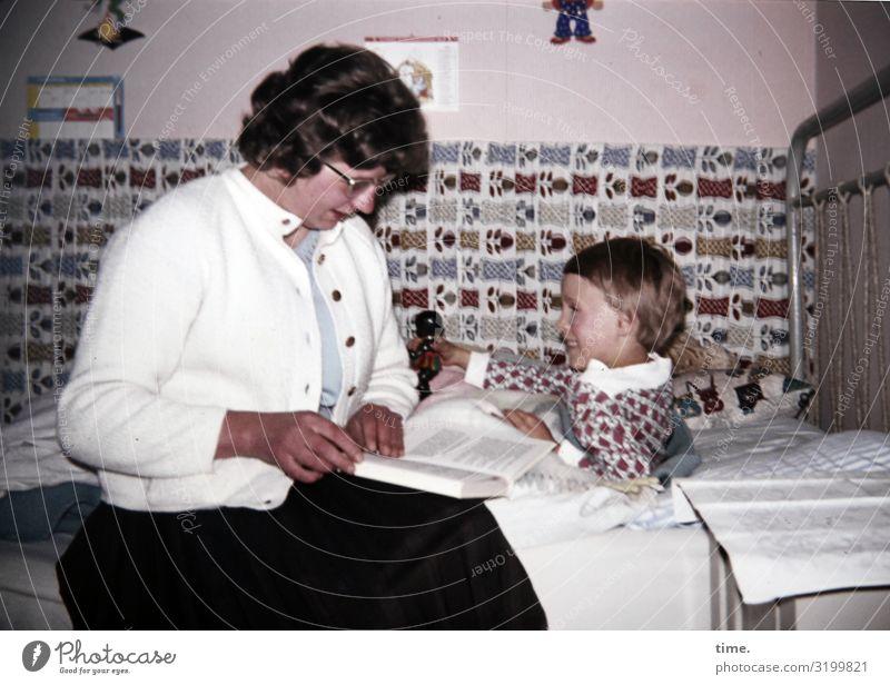 Lebensgeschichten frau mädchen buch bett sitzen liegen freuen beziehung aufmerksam bindung blättern kinderzimmer gemütlich inspiration bildung homeschooling