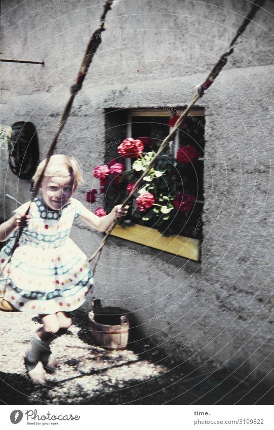 Fluglotsin Sport Fitness Sport-Training Schaukel feminin Mädchen 1 Mensch Schönes Wetter Blume Mauer Wand Fenster Kleid blond beobachten festhalten Blick