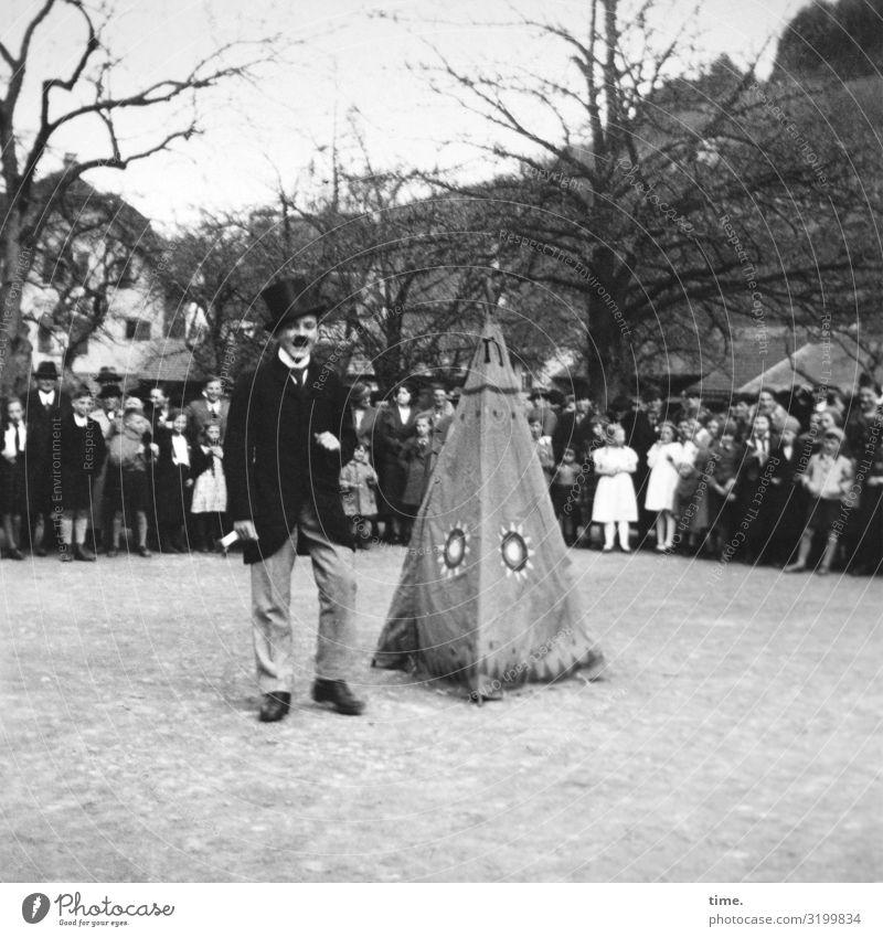 Der Zauberer Veranstaltung Arbeit & Erwerbstätigkeit maskulin Mann Erwachsene 1 Mensch Menschenmenge Künstler Schauspieler Baum Dorf Stadtzentrum Haus Platz