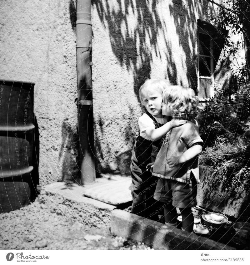 backyard story (II) feminin Mädchen 2 Mensch Schönes Wetter Pflanze Haus Mauer Wand Fenster Fallrohr Hinterhof Hemd Hose brünett blond langhaarig berühren