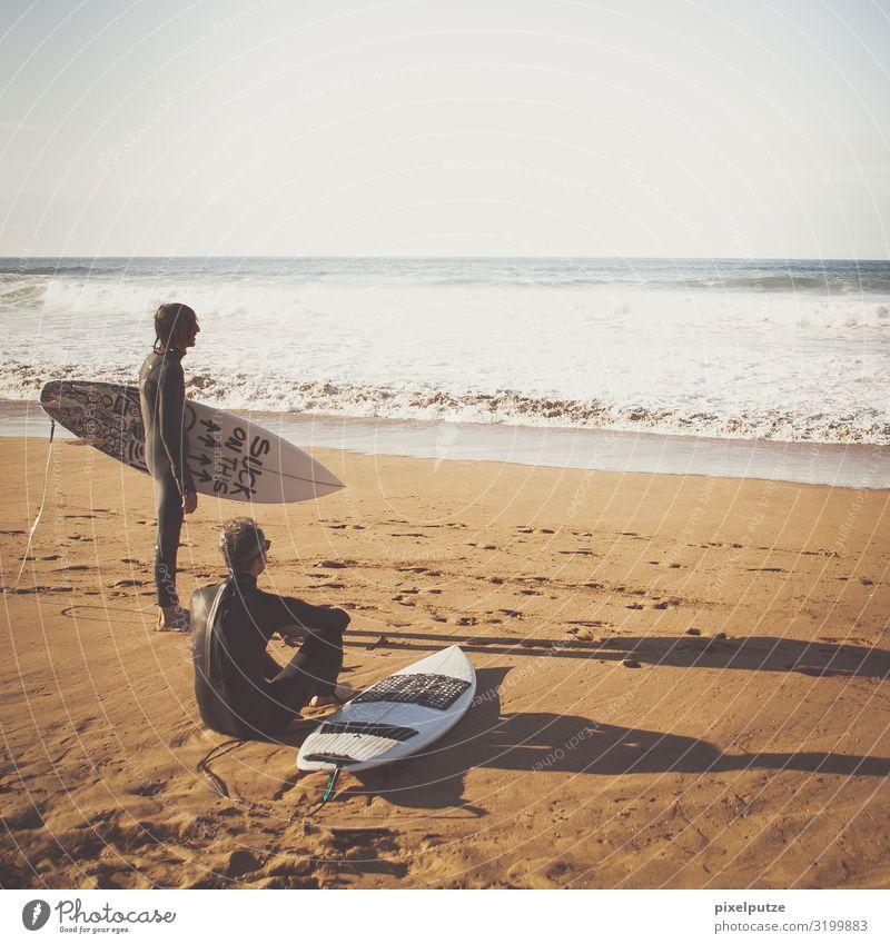 Suck on this Strand Meer Sport Wassersport Mensch maskulin 2 Wellen sitzen warten Pause Portugal Surfbrett Surfen Surfer Farbfoto Außenaufnahme Tag