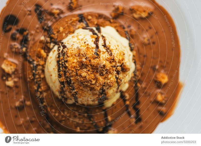 Leckerer süßer Burger mit Schokoladenkrume und Nüssen appetitlich heiter geschmackvoll Lebensmittel Essen Geschwindigkeit Dessert lecker Vanille cremig