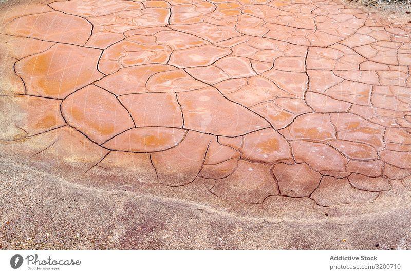 Trockene Gesteinsoberfläche in Rissen Felsen kaputt trocken Dürre grau Oberfläche Stein abstrakt alt Natur Material dreckig natürlich Boden Mineral