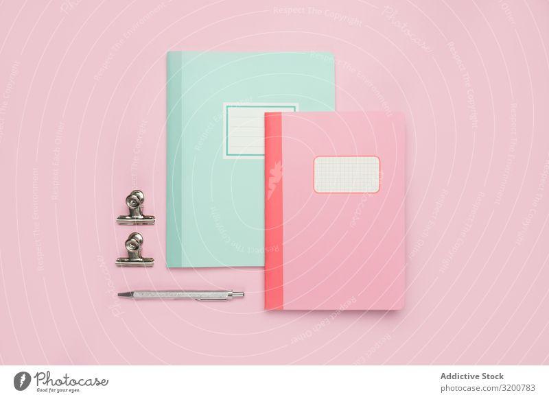 Schulbriefpapier auf rosa Hintergrund Schreibwaren Schule Notizbuch Schreibstift Lineal Bleistift Büro Accessoire Papier Magazin Handbuch Gerät Vorrat Farbstift