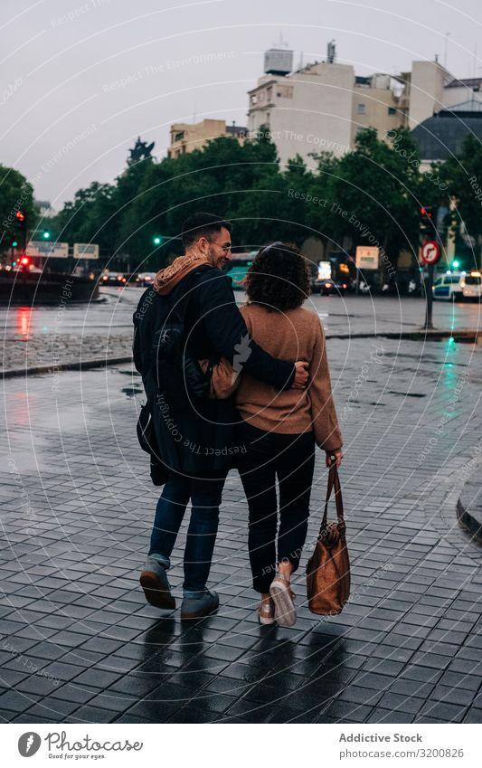 Junges Paar geht auf nasser Straße laufen Regen umarmend Abend Straßenbelag Zusammensein Großstadt Jugendliche Mann Frau Stadt Datteln Partnerschaft Liebe