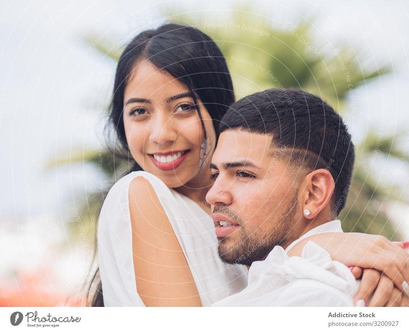 Mann bonging lächelnde Frau mit Liebe und Zärtlichkeit Umarmen Leidenschaft Bonden Zusammensein Partnerschaft anhänglich Fröhlichkeit Jugendliche umarmend