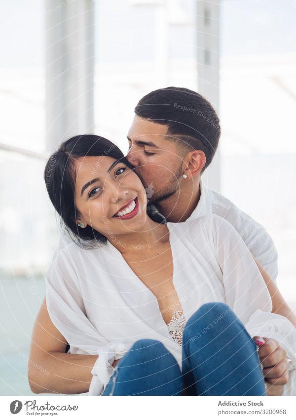 Mann umarmt lächelnde Frau mit Liebe und Zärtlichkeit Umarmen Leidenschaft Bonden Zusammensein Partnerschaft anhänglich Fröhlichkeit Jugendliche umarmend heiter