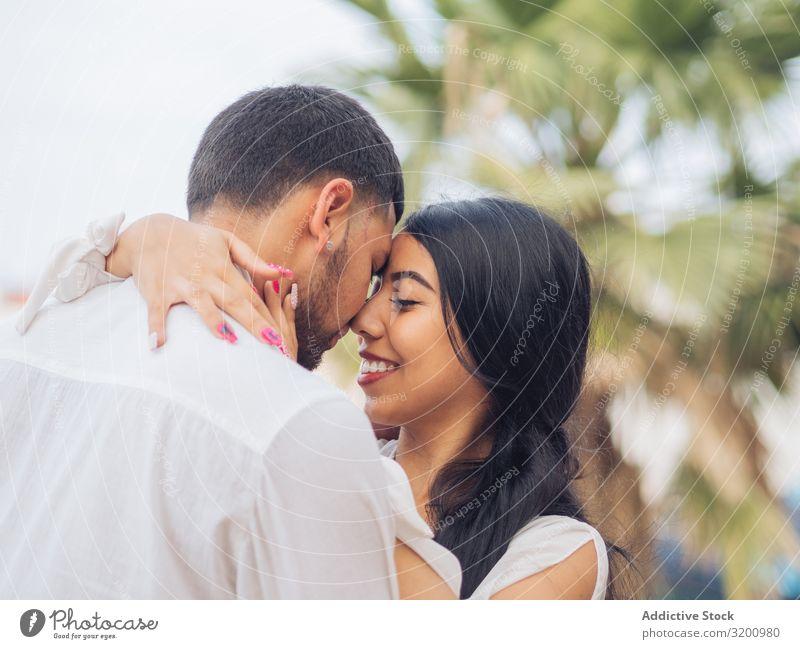 Mann und Frau umarmen sich mit Liebe Umarmen Leidenschaft Zärtlichkeit Bonden Zusammensein Partnerschaft anhänglich Fröhlichkeit Jugendliche umarmend heiter