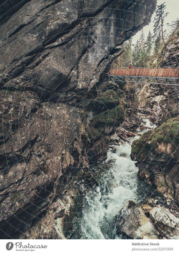 Brücke des Touristenpfades zwischen schönen Bergen Wege & Pfade Berge u. Gebirge Wanderer genießend Aussicht majestätisch Landschaft malerisch Alpen Dolomiten