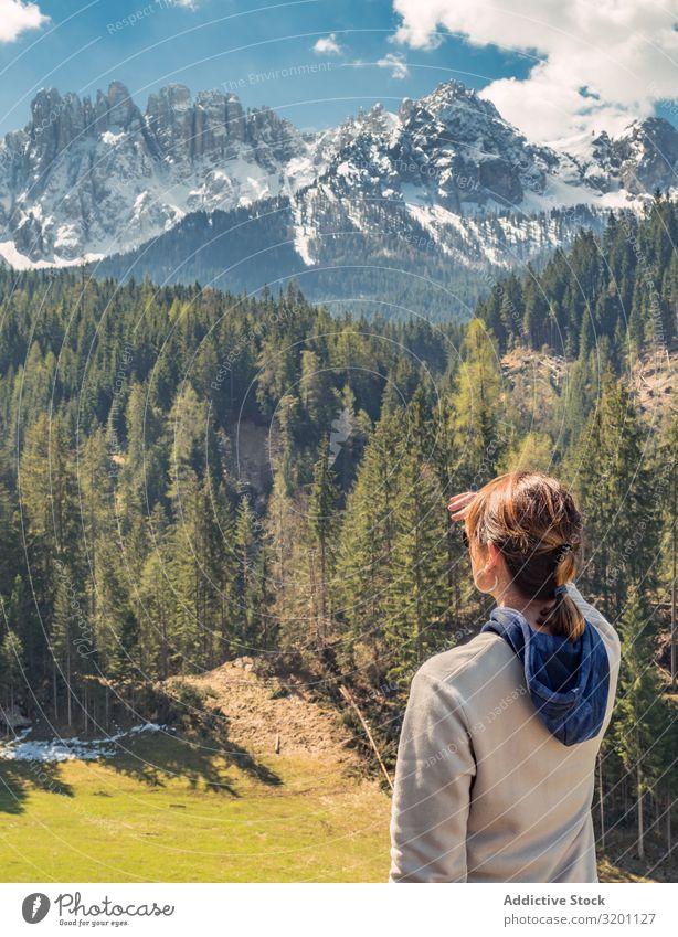 Frau bedeckt das Gesicht vor der Sonne und schaut auf eine erstaunliche Landschaft Berge u. Gebirge majestätisch Natur Ferien & Urlaub & Reisen Himmel Abenteuer