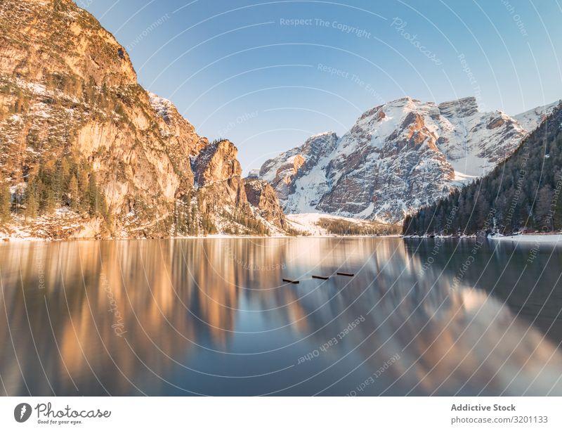 Erstaunlich ruhige Berg- und Seenlandschaft bei Tageslicht Landschaft Gelassenheit Reflexion & Spiegelung Buhne Natur Meer Felsen Küste Wasser Strand