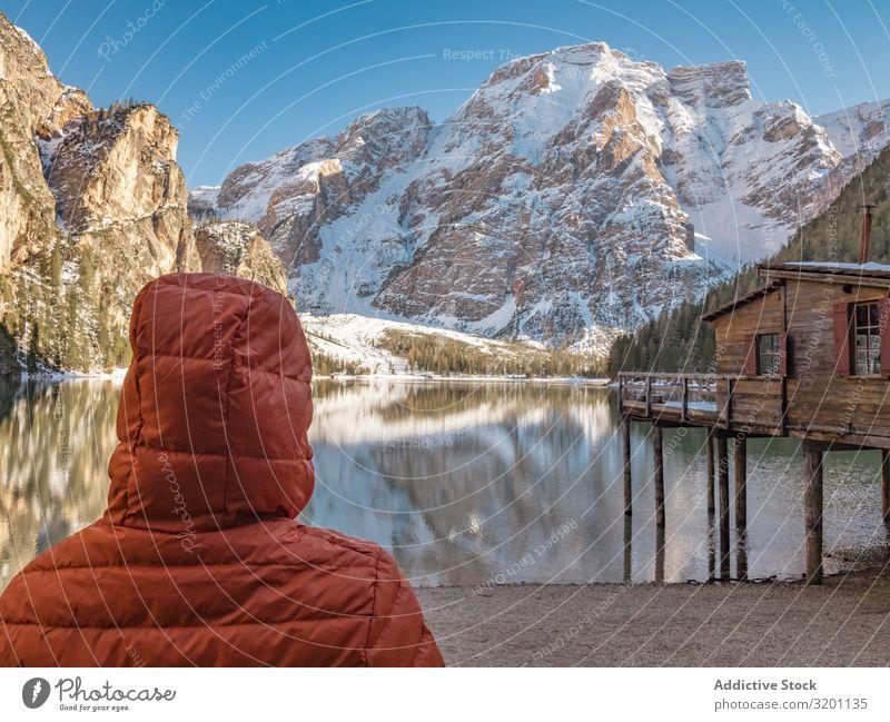 Unbekannte Person in warmer Jacke stehend und mit Blick auf eine ruhige Landschaft Mensch Gelassenheit Reflexion & Spiegelung Buhne Natur Meer Felsen Küste