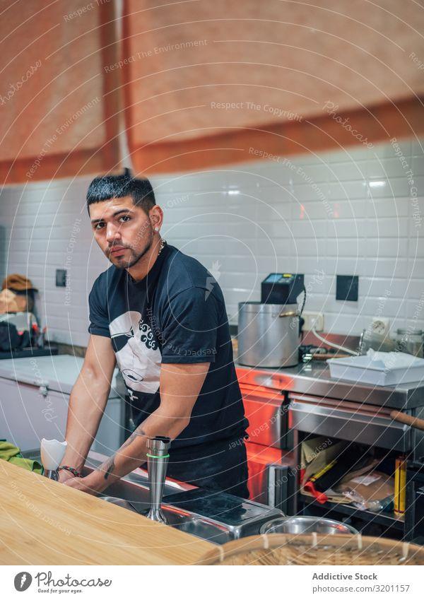 Männliche Hände waschen in der Küche Mann Wäsche waschen Restaurant Hand kochen & garen Japaner Speise Personal Lebensmittel Mahlzeit urwüchsig Jugendliche