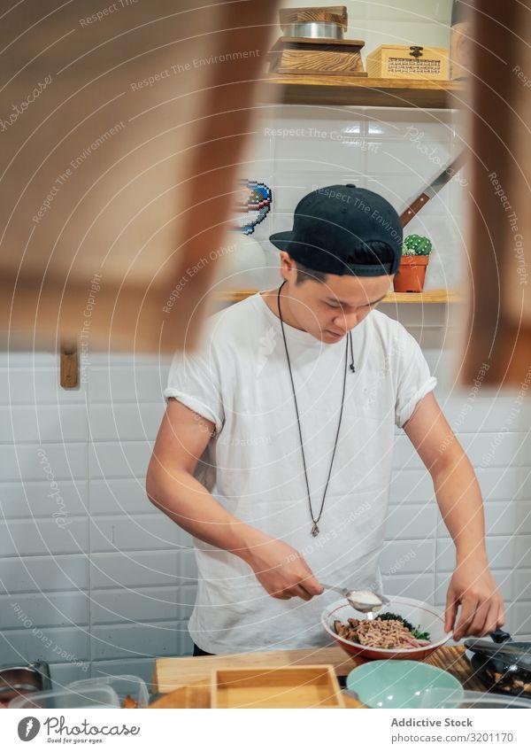 Asiatischer Koch arbeitet in der Küche Mann Ramen Lebensmittel Küchenchef Arbeit & Erwerbstätigkeit Japaner Speise Beruf Restaurant Café Jugendliche asiatisch