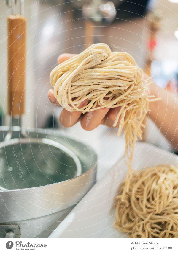 Küchenpersonal mit Nudeln für japanische Gerichte Mann kochen & garen Ramen Lebensmittel Beruf Japaner Speise Restaurant Arbeit & Erwerbstätigkeit multiethnisch