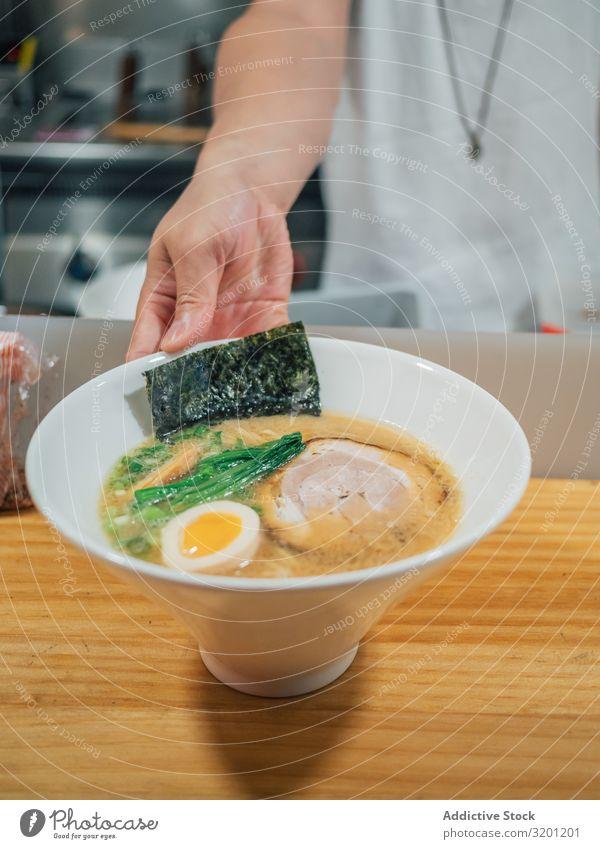 Asiatischer Küchenchef mit servierten Schalen Ramen Mann Koch Lebensmittel Japaner Speise Restaurant Beruf Café Arbeit & Erwerbstätigkeit Jugendliche asiatisch