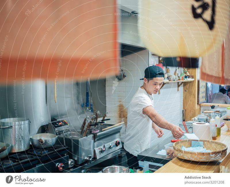Küchenpersonal in asiatischem Cafe Mann kochen & garen Ramen Lebensmittel Beruf Japaner Speise Restaurant Arbeit & Erwerbstätigkeit multiethnisch urwüchsig