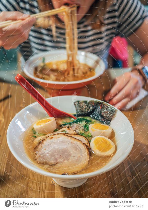 Weibchen isst japanisches Gericht Frau Ramen Suppe Japaner Speise Schalen & Schüsseln asiatisch Lebensmittel Tradition Mittagessen Abendessen Mensch Erwachsene