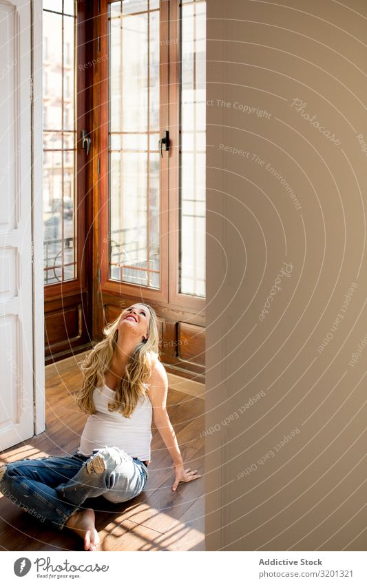 Fröhliche schwangere Frau entspannt auf dem Boden Etage sitzen geräumig Raum heimwärts bauchfrei Mutterschaft erwartend Unterleib Bauch heiter Glück Freude