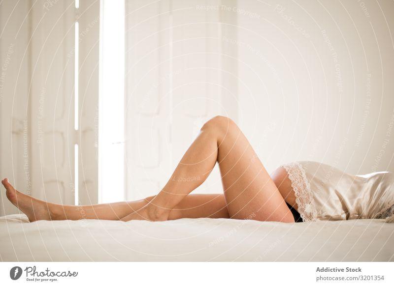 Sinnliche schwangere Frau auf dem Bett liegend Erholung genießen Unterwäsche schlafen heimwärts Geborgenheit gemütlich Mutterschaft erwartend Bauch bauchfrei