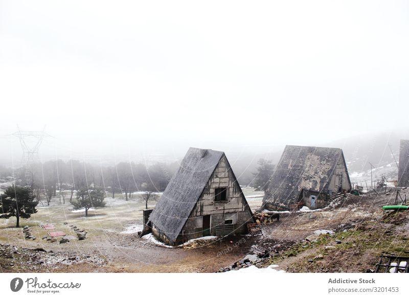 Schmuddelige Häuser an nebligem Tag Haus Schnee Nebel Landschaft schäbig Wetter alt Winter Natur Jahreszeiten Himmel kalt Coolness Hütten verwittert rau
