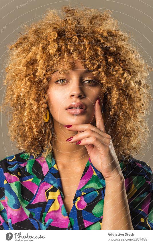 Retro-Frau mit lockigem Haar retro Outfit urwüchsig Bluse genießen krause Haare blond Model altehrwürdig Stil trendy Ornament Muster elegant Dame