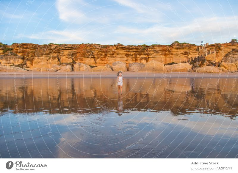 Kleines Mädchen geht auf dem Wasser des Strandes Kind Meer Sommer klein Mensch krause Haare Barfuß schön Aktion laufen Ferien & Urlaub & Reisen Freizeit & Hobby