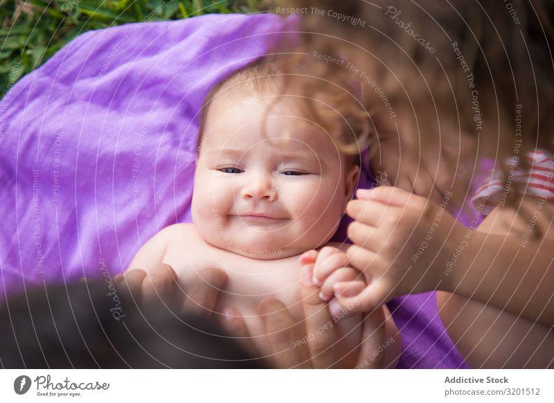 Von oben Aufnahme eines süßen, liegenden und lachenden Babys. lustig Kind klein niedlich reizvoll Freude heimwärts lügen lieblich unschuldig heiter Lächeln